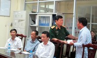 Вьетнамские руководители навестили солдат, получивших ранения при крушении вертолёта