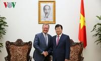 Вице-премьер Вьетнама Чинь Динь Зунг принял профессора Джона Квелча