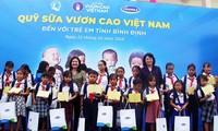 Вице-президент СРВ вручила подарки школьникам и малоимущим семьям провинции Биньдинь