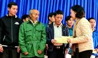 Заведующий Отделом ЦК КПВ по работе с народными массами вручила подарки пострадавшим от оползней жителям общины Чаленг провинции Куангнам
