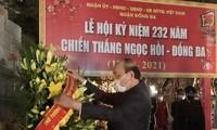 Премьер-министр Нгуен Суан Фук воскурил благовония у памятника королю Куанг Чунгу (Нгуен Хюэ)