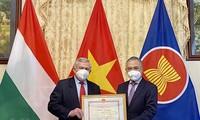 Похвальная грамота МИД Вьетнама вручена Обществу венгерско-вьетнамской дружбы