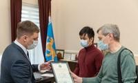 Вьетнамский студент получил награду от властей Псковской области за участие в спасении провалившихся под лед детей