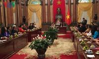 越南国家副主席邓氏玉盛会见于阿营奖学基金代表团