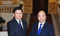 越南政府总理阮春福会见老挝政府总理通伦