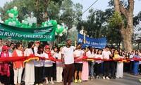 """数千人参加2018年河内""""为了儿童""""跑步活动"""