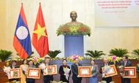 阮氏金银出席老挝党和国家向越南国会集体、个人颁发勋章仪式