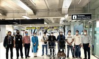 把7名越南公民从泰国送回国