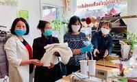 旅居捷克越南人向因新冠肺炎疫情而遇到困难的人提供帮助