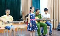 Giáo viên lớp tiếng Việt Hoa Ban, Berlin tặng quà cho học sinh trường Nguyễn Đình Chiểu
