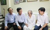 Trưởng ban Tuyên giáo Trung ương thăm, chúc mừng các nghệ sĩ lão thành nhân Ngày Sân khấu Việt Nam