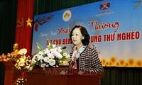 Trưởng Ban dân vận Trung ương Trương Thị Mai thăm tặng quà các bệnh nhân tại Bệnh viện K cơ sở Tân Triều