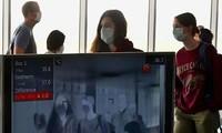 Hải quan Lào kiểm tra thân nhiệt của du khách quốc tế. - Ảnh: AFP