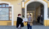 Người Việt ở Slovakia tặng các vật dụng y tế cho người dân bản địa