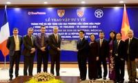 Hà Nội trao tặng vật tư y tế phòng, chống dịch COVID-19 cho một số địa phương của Pháp