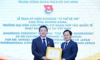 """Trung ương Đoàn TNCS Hồ Chí Minh trao tặng Kỷ niệm chương """"Vì thế hệ trẻ"""" cho Trưởng Đại diện Văn phòng JICA Việt Nam"""