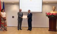 Trao Quyết định bổ nhiệm Lãnh sự danh dự Việt Nam tại Rotterdam cho ông Alphons Van Gulick