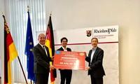 Trao tiền quyên góp ủng hộ người dân bị bão lụt vùng Tây Nam nước Đức
