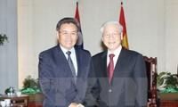 Нгуен Фу Чонг встретился с председателем ЦК Фронта национального строительства Лаоса
