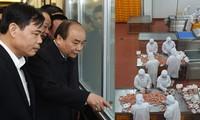 Премьер Вьетнама Нгуен Суан Фук посетил некоторые предприятия в провинции Бакнинь