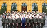 Президент Вьетнама встретился с лучшими сотрудниками милиции 2017 года