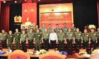 Нгуен Суан Фук предложил руководству милиции незамедлительно проконсультироваться с партией и государством по стратегиям защиты суверенитета и безопасности страны, а также обеспечению общественного порядка