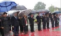 ผู้นำพรรคและรัฐไปวางพวงมาลาเพื่อรำลึกทหารพลีชีพเพื่อชาติและเข้าเคารพศพประธานโฮจิมินห์
