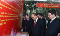 นายกรัฐมนตรีเวียดนามเข้าร่วมงานนิทรรศการหนังสือในโอกาสรำลึกครบรอบ 90ปีวันก่อตั้งพรรค