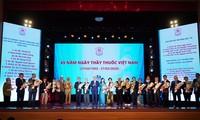 นายกรัฐมนตรีเหงวียนซวนฟุกเข้าร่วมพิธีรำลึกครบรอบ 65 ปีวันแพทย์เวียดนาม