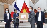 สถานทูตเวียดนามประจำฝรั่งเศสมอบหน้ากากอนามัยให้แก่เพื่อนมิตรชาวฝรั่งเศส