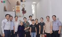 ประธานสภาแห่งชาติเยือนคุณแม่วีรชนเวียดนามและครอบครัวที่อยู่ในเป้านโยบายในนครดานัง