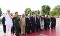 ผู้นำพรรค รัฐและแนวร่วมปิตุภูมิเข้าเคารพศพประธานโฮจิมินห์และวางพวงมาลาที่อนุสาวรีย์ทหารพลีชีพเพื่อชาติ