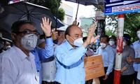 ประธานประเทศ เหงวียนซวนฟุกลงพื้นที่ตรวจสอบการป้องกันและรับมือการแพร่ระบาดของโรคโควิด -19 ในนครโฮจิมินห์