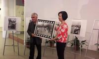 "Photographer Nick Ut presents ""Napalm girl"" photo to Vietnam Women Museum"