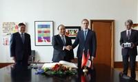 Prime Minister Nguyen Xuan Phuc receives Berlin Mayor