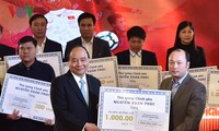 Prime Minister Nguyen Xuan Phuc presents gifts to disadvantaged districts