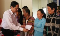 Tet gifts presented to disadvantaged, ethnic minority people