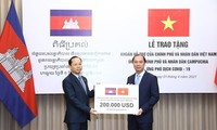 Vietnam hands over 200,000 USD to help Cambodia fight COVID-19