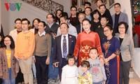 阮氏金银探望越南驻比利时大使馆工作人员 会见旅比越南人代表