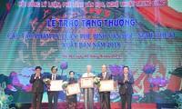 越共中央书记处赠送具有理论和实践价值的多部理论和文学艺术批评作品