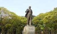 越共中央宣教部部长武文赏向列宁纪念碑敬献花篮纪念列宁诞辰150周年