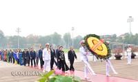 越南党、国家、祖国阵线和国会代表团入陵瞻仰胡志明主席遗容