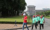大批民众和游客入陵瞻仰胡志明主席遗容