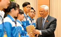 """NA Deputy Chairman meets with """"Proud Vietnam"""" competition finalists"""
