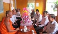 Entregan regalos a la etnia jemer en ocasión de Fiesta tradicional