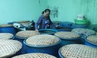 Preservan y desarrollan el oficio de hacer salsa de pescado de Nam O