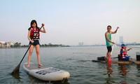 Surf de pala, nuevo deporte en el Lago Oeste en Hanói