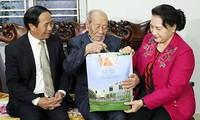 Líder parlamentaria entrega regalos a personas meritorias en Hai Phong
