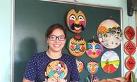 Una joven y su pasión por copiar pinturas populares en bandejas de bambú