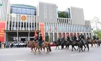 La policía móvil de caballería de Vietnam hace su debut